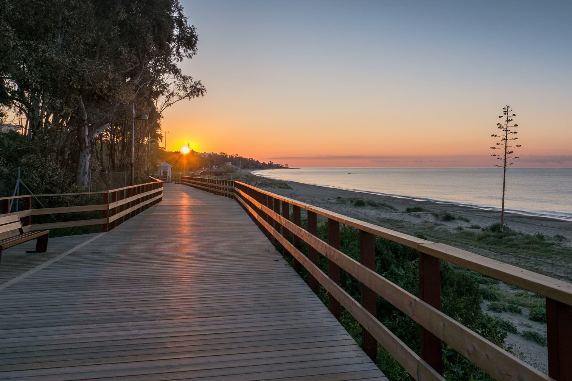 Strandpromenaden mellan Marbella och Puerto Banús bjuder på många vackra vyer.