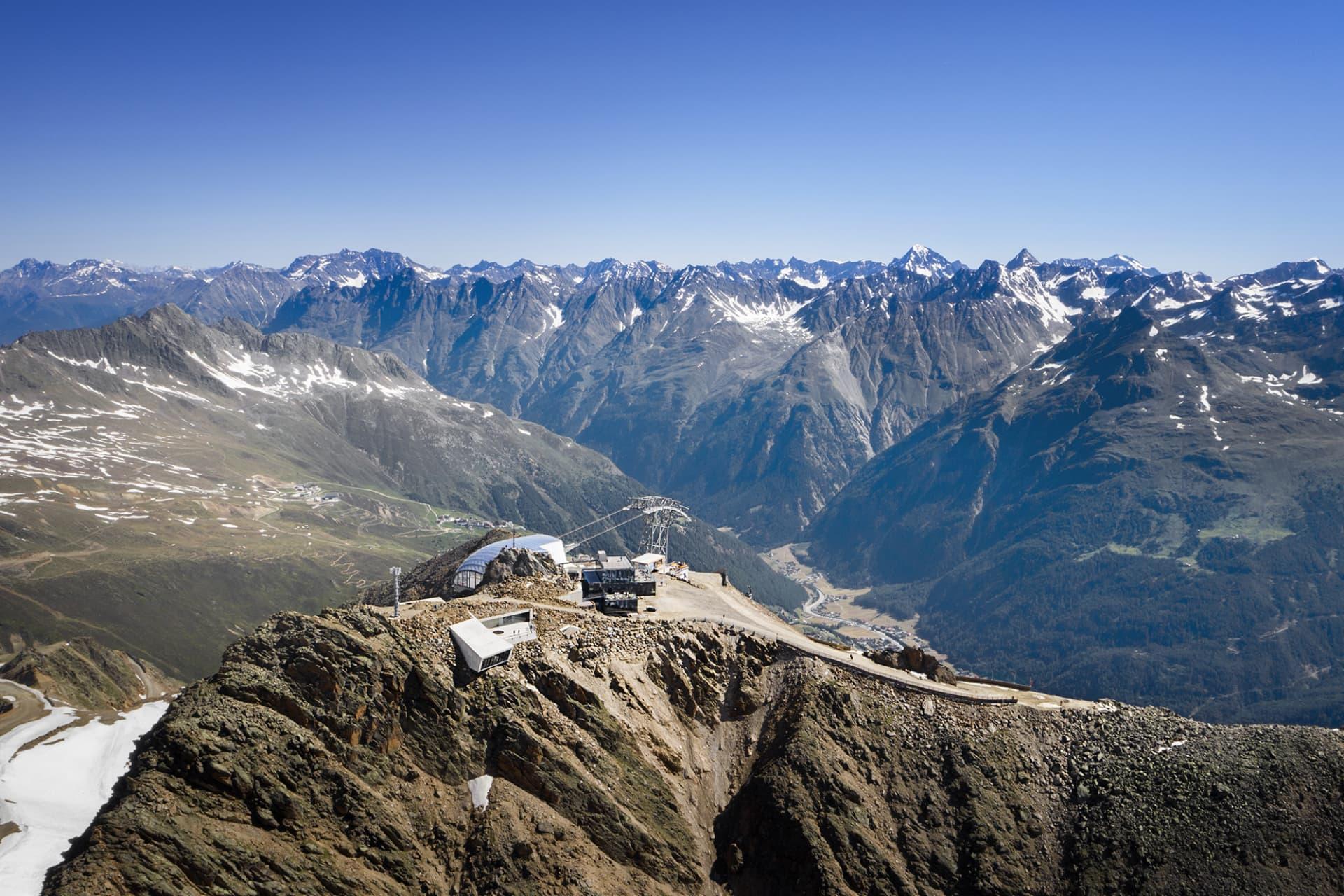 007 Elements, som är ritad och konstruerad av arkitekten Johann Obermoser, är beläget på toppen av berget Gaislachkogel i Sölden, 3040 meter över havet.