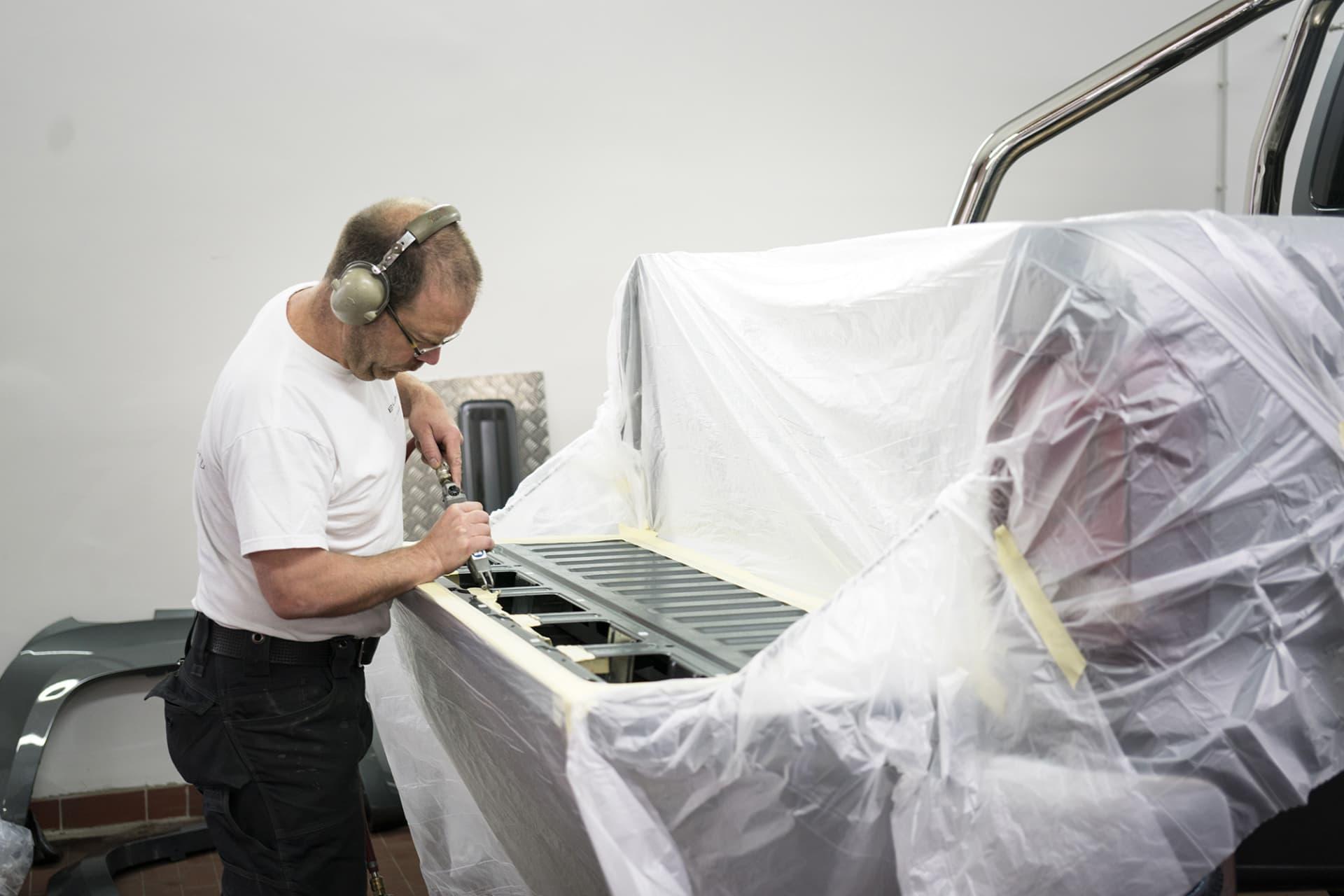 Samtidigt som Delta 4x4 byggde om bilen modifierade Thomas från Black Sheep Innovation luckan till flaket för deras insats som gör att man får förvaringsfack i luckan.