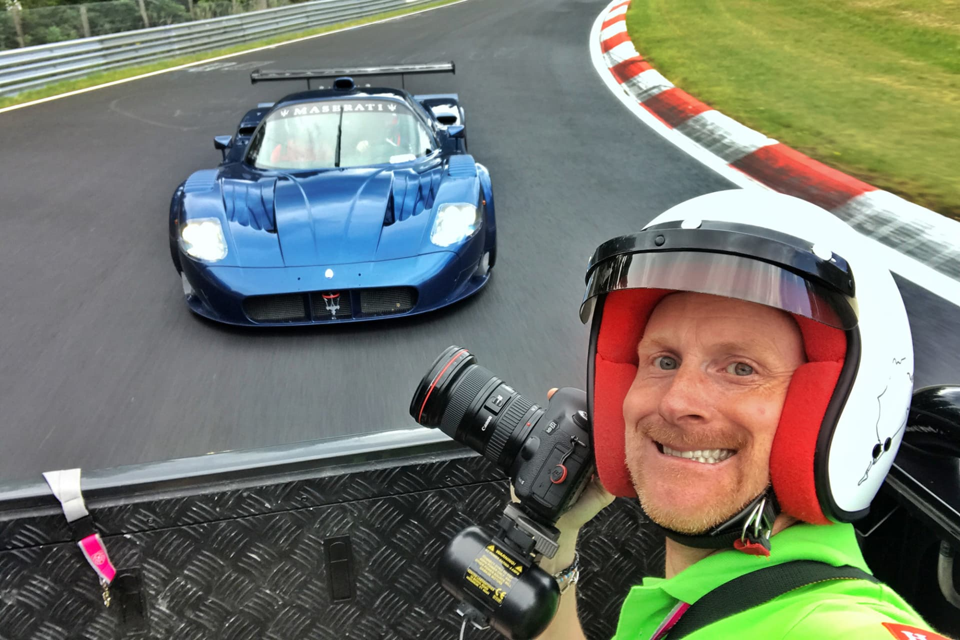 Möjligheten att jobba från flaket är ovärderligt för mig i mitt arbete. Som här under en fotografering av en mycket unik Maserati MC12 Corsa på Nürburgring under Gran Turismo Events. Samma bil låg senare ute till försäljning för 22,5 miljoner kronor.