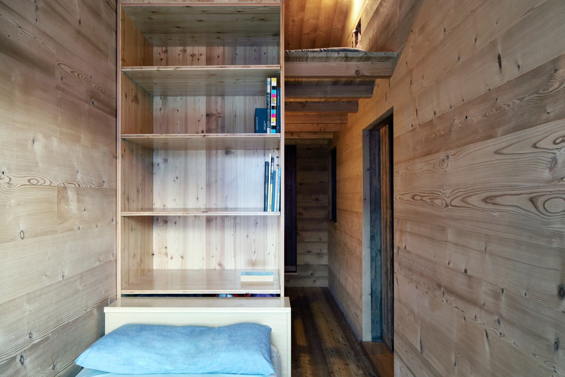 The single bedroom: intimate and wooden-scented.
