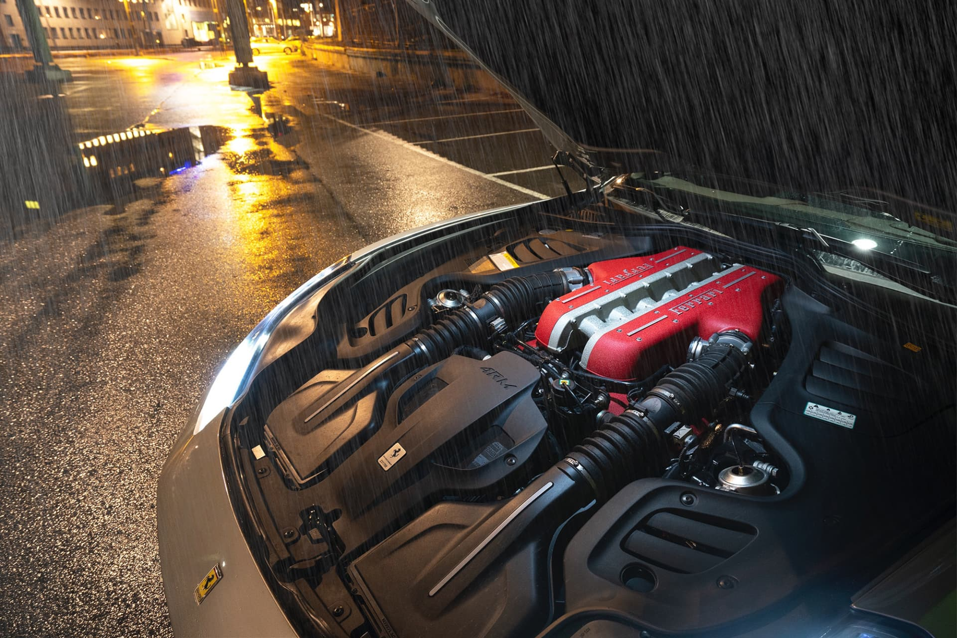 Juvelen, en 6,2 liters V12 motor på 690 hästar som förmedlar känslor likt inget annat. När rödmarkeringen närmar sig slår hjärtat dubbla slag av eufori.