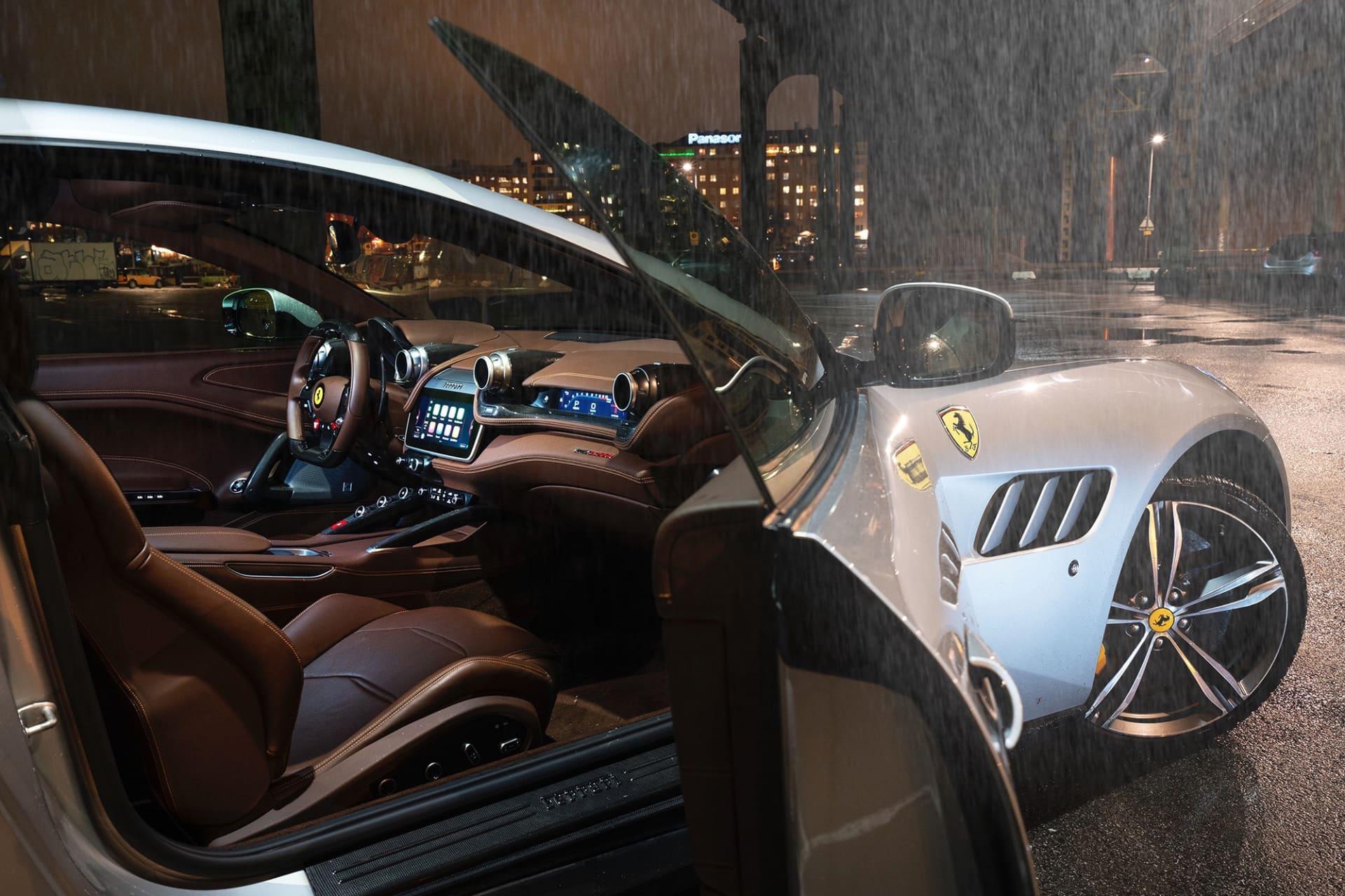 Läder och kolfiber i en härlig kombo, här kan man även se skärmen framför passageraren där man kan få en mängd data och styra en del av bilens infotainmentsystem.