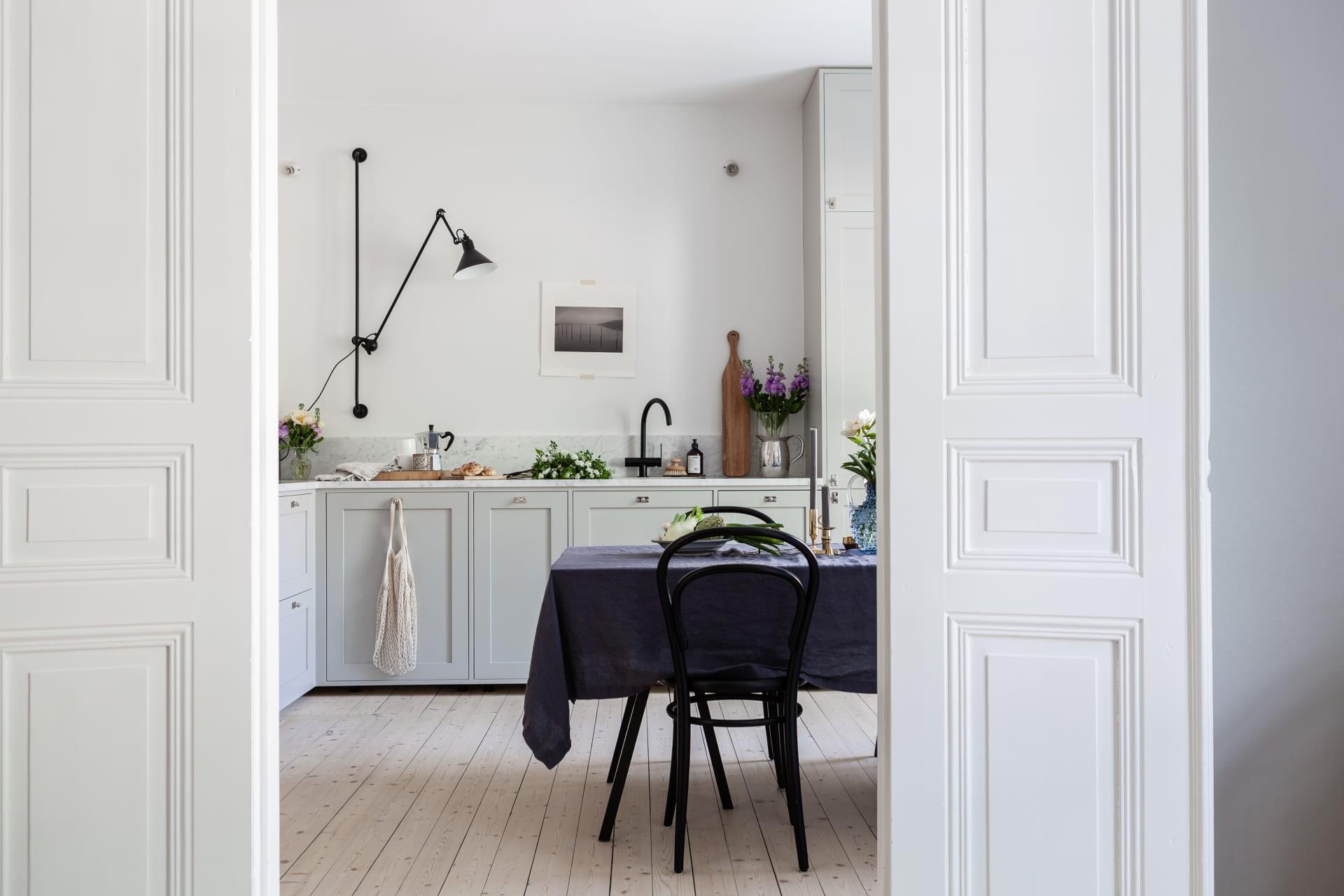 Här vill man sitta och njuta av maten! I väggen mellan vardagsrum och kök sitter vackra dubbeldörrarsom är som ett smycke i sig.