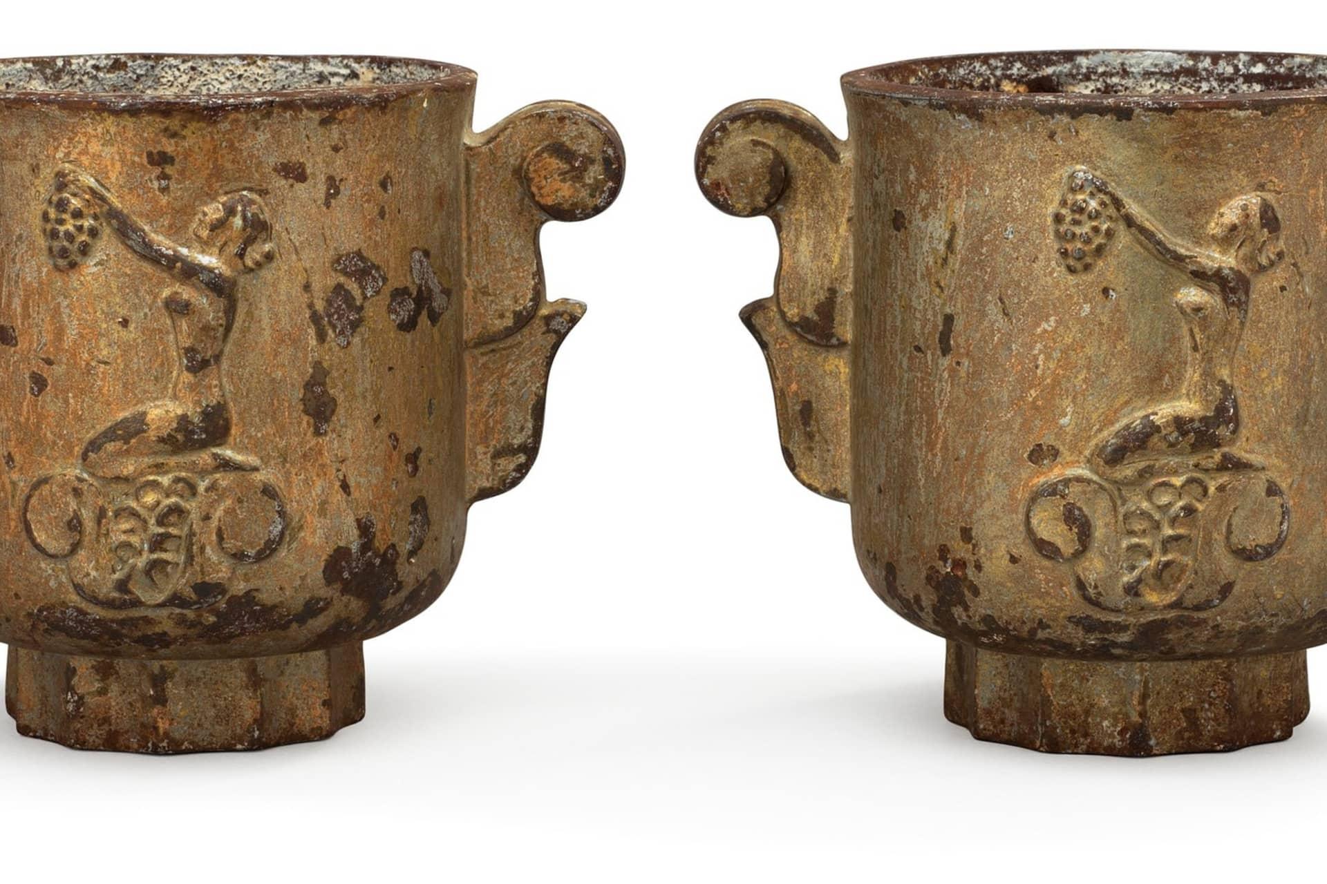 Ibland bronserades gjutjärnet för att de skulle få ett annat utseende. Dessa urnor är tillverkade på Näfveqvarn och designade av en okänd formgivare. De såldes på Bukowskis Moderna.