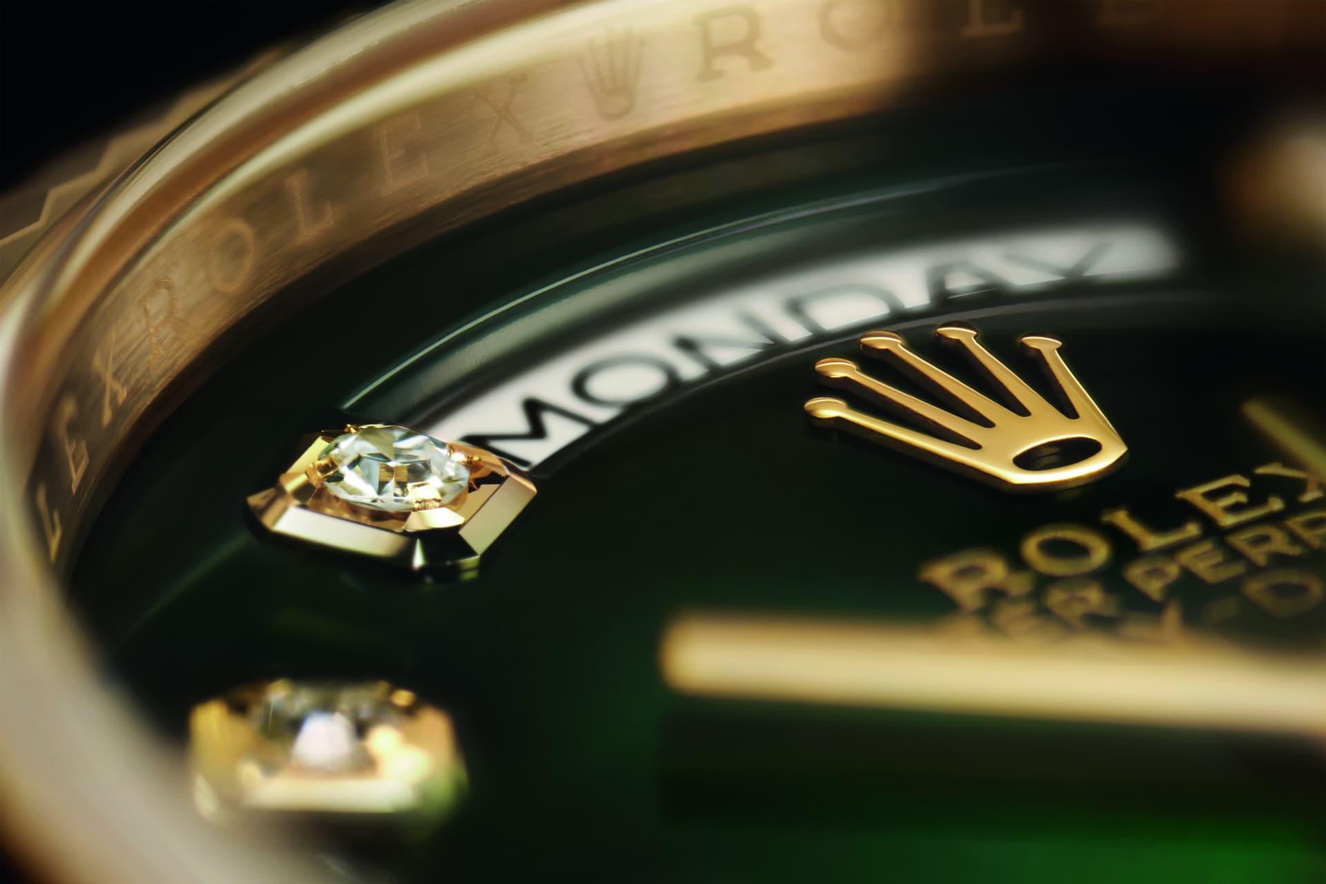 Det som kännetecknar en RolexOyster Perpetual Day-Date 36 är visningen av veckodag i form av textvid kl. 12 via ett litet fönster på urtavlan.