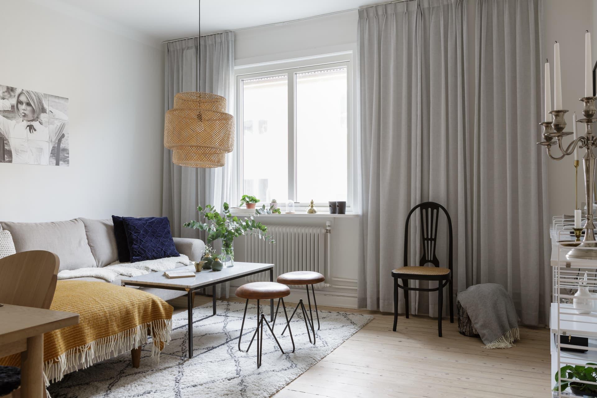 Charlotte har inrett sitt vardagsrum i en harmonisk färgskala.TaklampaIkea, matta Ellos, soffa köpt på Nilssons möbler i Lammhult, pallar från Lokalen GBG, senapsgul pläd Klippan.