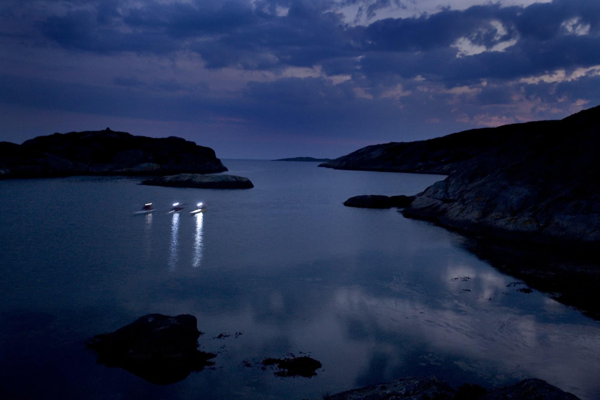 Paddlare gör bäst i att synas även på natten. Vitt ljus runtom gäller. En rejäl pannlampa gör det också lättare att hitta rätt vid landstigning.