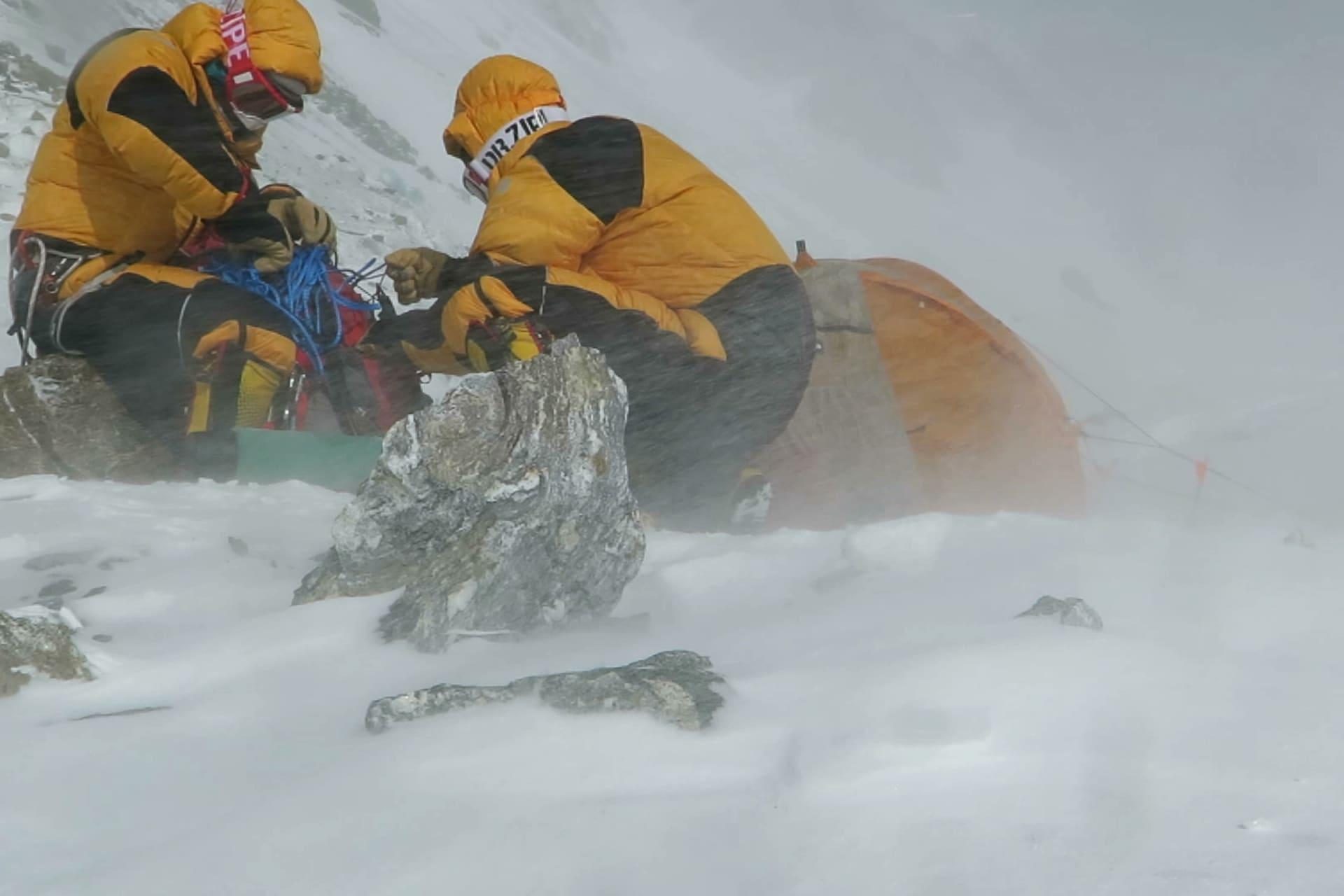 Vinden är den största motståndaren under en 8000m klättring vintertid. Oftast är vindarna av orkanstyrka och tälten på snudd till omöjliga att resa varför många numera använder igloos.