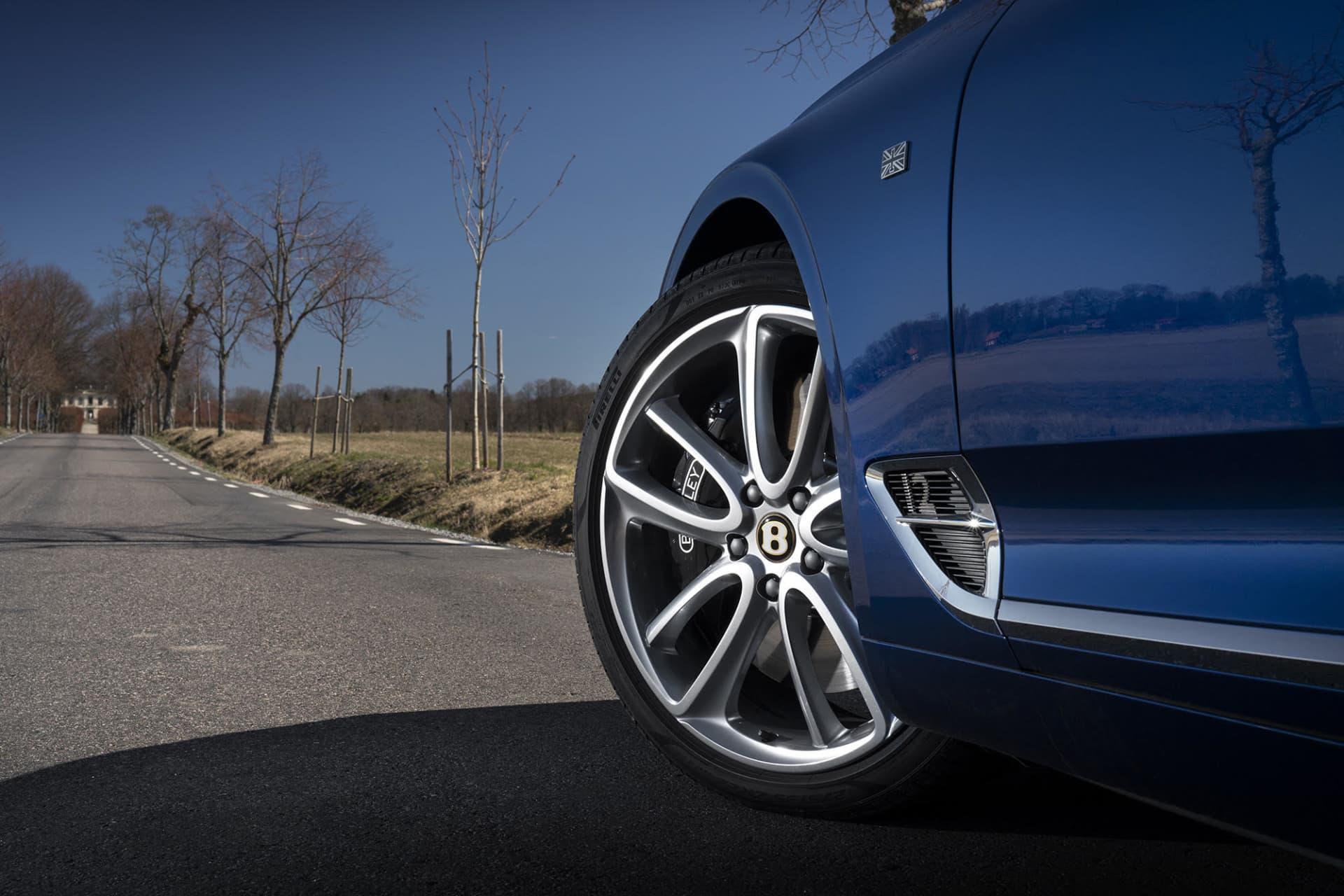 Med numret tolv i siffror diskret placerat i ett kromad B på sidan avslöjar Continental GT Convertible motorns antal cylindrar.