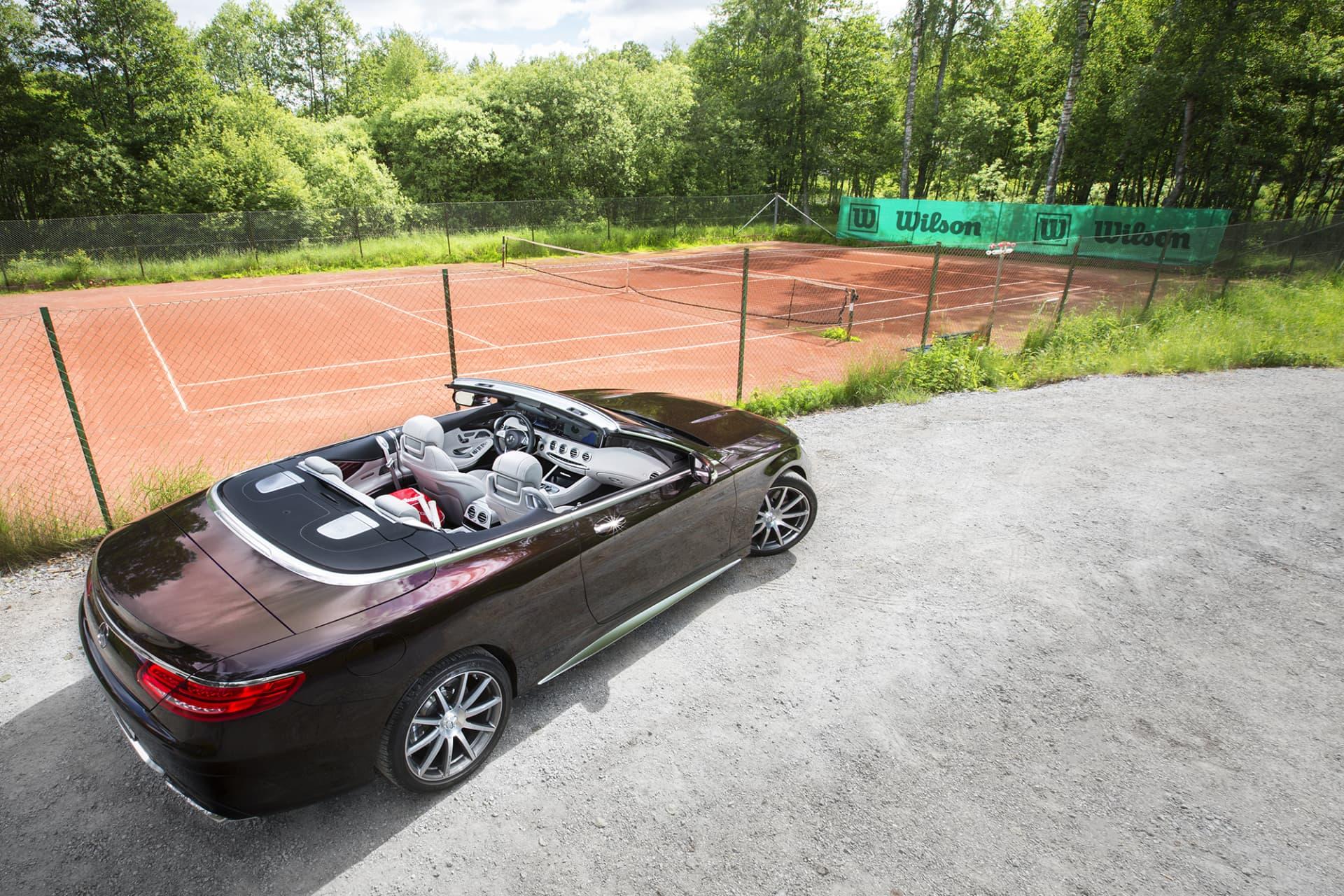 Mercedes S63 AMG Cabriolet är bland det absolut lyxigaste man kan finna i taklös väg när det kommer till bilar.