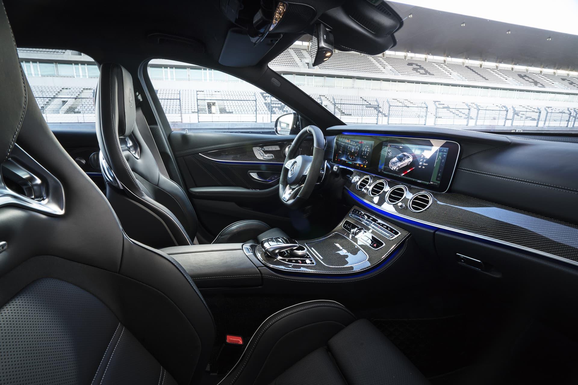 Interiören i nya Mercedes E63 S AMG kan mest liknas vid ett rymdskepp med de belysta panelerna av kolfiber. Numera används inte analoga mätare utan all info visas på en stor bred bildskärm framför föraren.