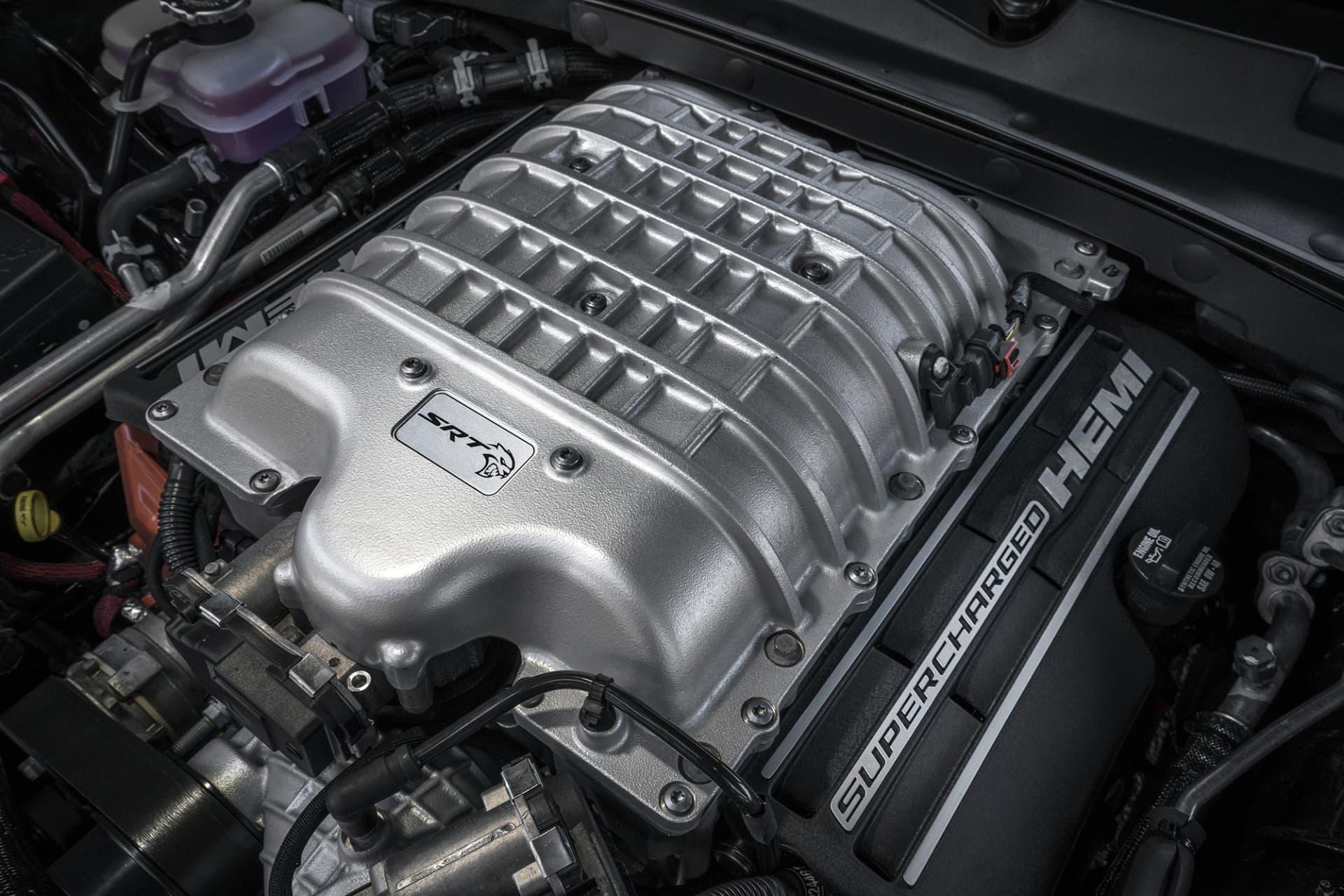 Motorn som är en kompressormatad V8 på 6,2 liter är inget annat än ett mästerverk. Med 717 hästar och 881 Newtonmeter skulle man nästan kunna tro att detta är kraft nog att flyttat på berg. Konsumtionen av bränsle ligger dock i klass med en alkoholists konsumption av sprit.
