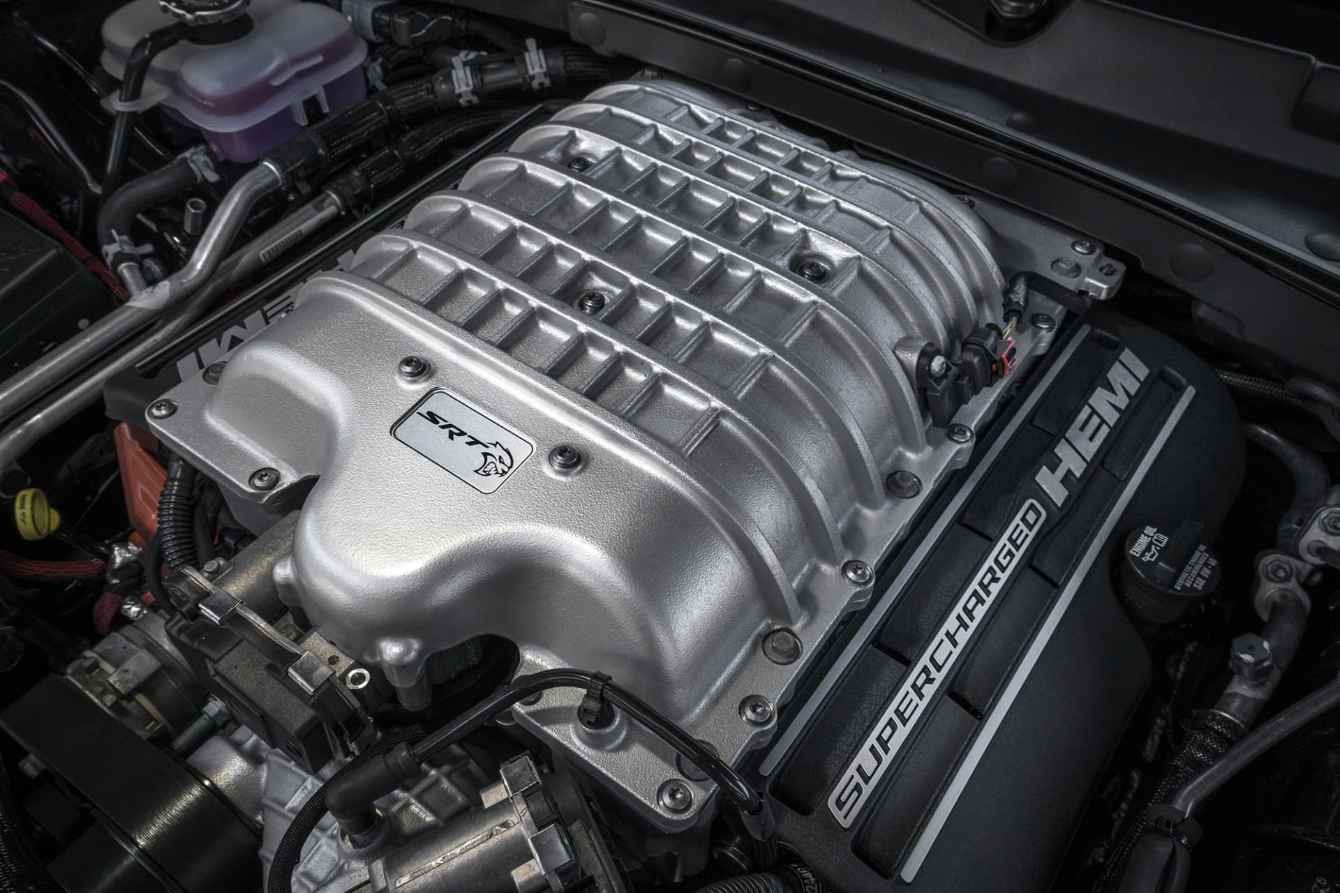 The engine, a compressor-fed V8 of 6.2 liters, is nothing less than a masterpiece. With 717 horses and 881 Nm, one could almost think that this is enough power to move a mountain. However, fuel consumption is in line with thedrinkingof an alcoholic.