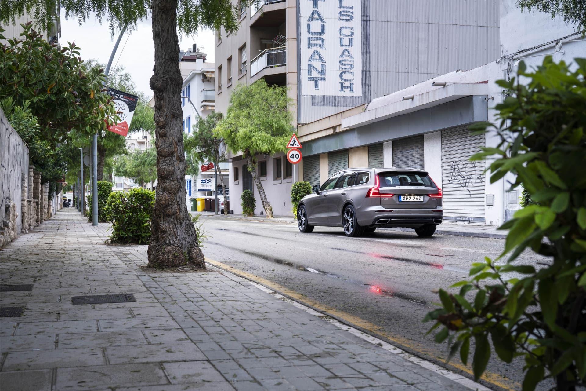 V60 på en dödlig gata i Tarragona en tidig morgon. Denna bil kommer bli en mycket vanlig syn på våra gator i Sverige och även andra platser i världen.