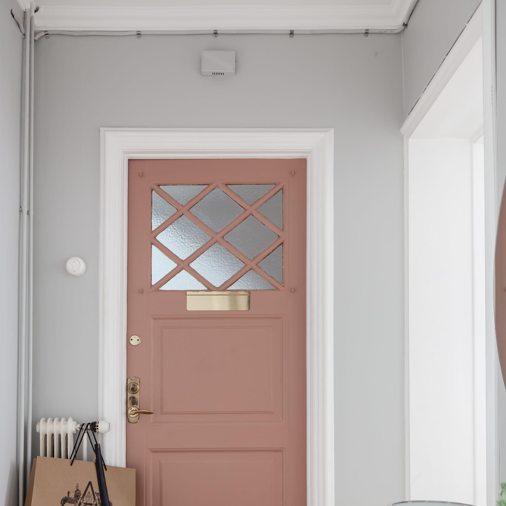 Våga färg! Insidan av halldörren har paret målat rosa.