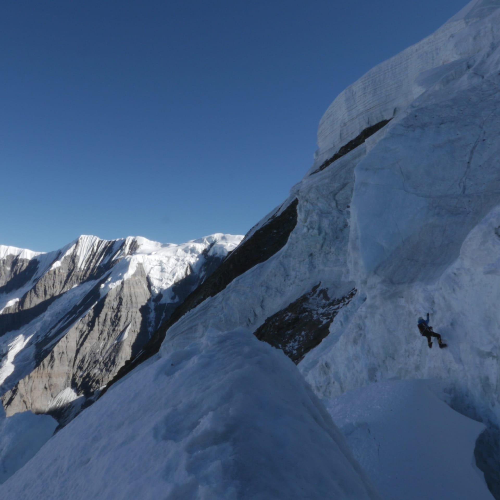 Vi fixar rep på vägen. Vi måste göra flera resor upp och ner med utrustning och ibland innebär dessa resor överhängande is!