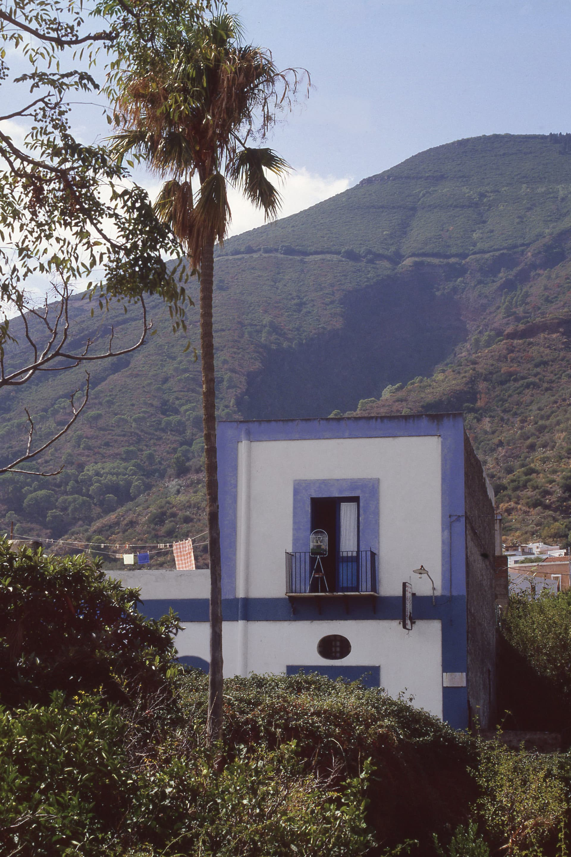 An Aeolian house in Santa Marina di Salina with the typical blue decoration on the walls.