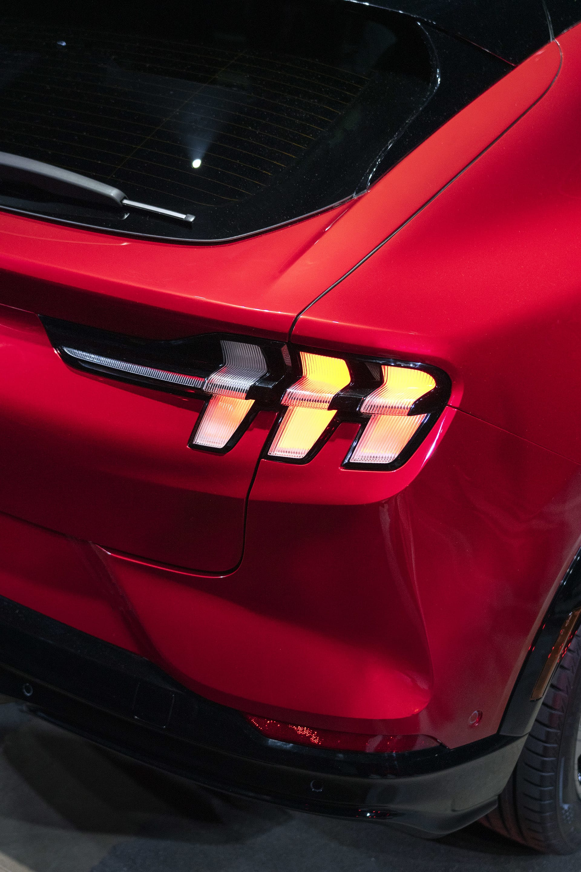 Man har helt klart hämtat mycket inspiration från den vanliga Mustang modellen till Mach-e. Som bakljusen som man enkelt känner igen från syskonet.
