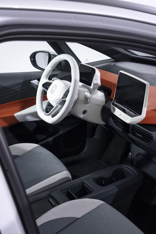 Interiören på ID.3 är ren och minimalistisk med få knappar och is tort sett enda två skärmar där bilens system styrs.