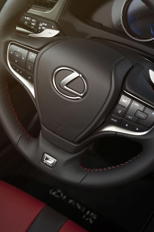 Lexus har in te valt att gå på linjen med så få knappar som möjligt utan tvärt om. Om man gillar det eller inte är högst personligt.