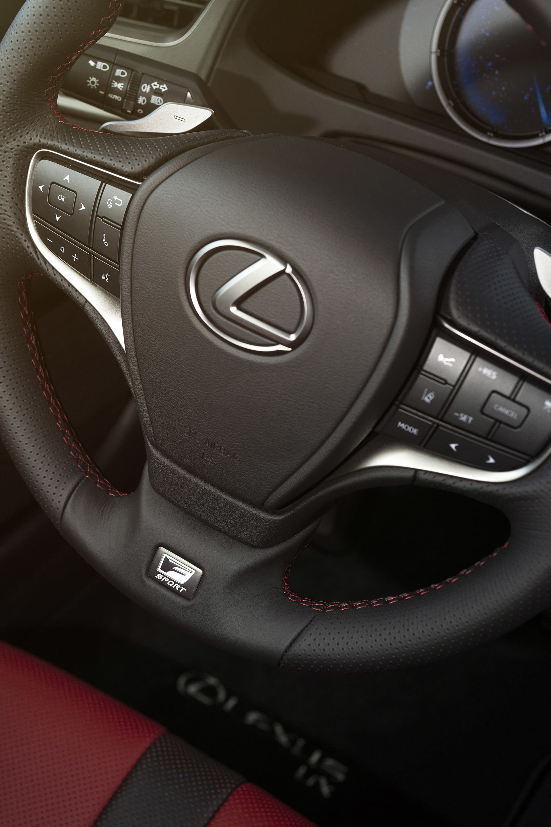 Lexus has not chosen the path of as few buttons as possible, but the opposite. If you like it or not is up to you.