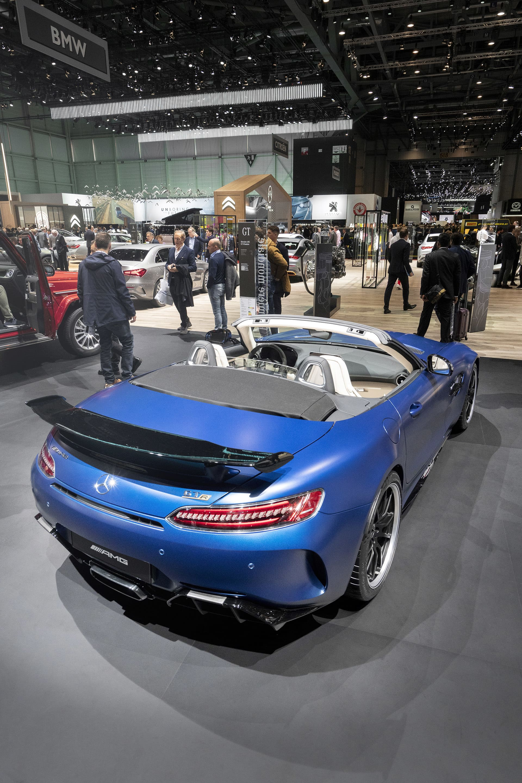 Mercedes GT R Roadster - taklös, limiterad och rå som få!  En del är för och andra emot cabrioletversioner av prestandabilar. Det största argumentet emot brukar vara att bilens vridstyvhet påverkas när man kapar av taket. Personligen tror jag få faktiskt skulle kunna känna denna skillnad. För min del älskar jag möjligheten att kunna ta ner taket och känna solens värme och höra det härliga motorljudet fullt ut, något man absolut inte kommer bli besviken på i Mercedes cabversion av GT R. 585 hästar och ett fantastiskt soundtrack ur titanavgasystemet. Vill du ha en får du dock skynda dig då endast 750 stycken kommer tillverkas.