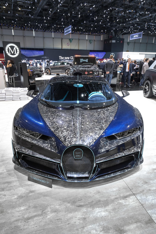Mansory Bugatti Chiron Centuria - när inte mest är tillräckligt  Är du av den typen kund som inte känner att din plånbok dränerades tillräckligt när du köpte din Bugatti Chiron ja då kanske Mansorys Centuria version är något för dig att lägga resten av pengarna på. Mer kolfiber, luftintag och glitter än du kan drömma om och märkets egendesignade fälgar är receptet för att göra bilen till något alldeles extra. Om det är snyggt och smakfullt låter jag vara osagt men extremt kan ingen säga nej till.