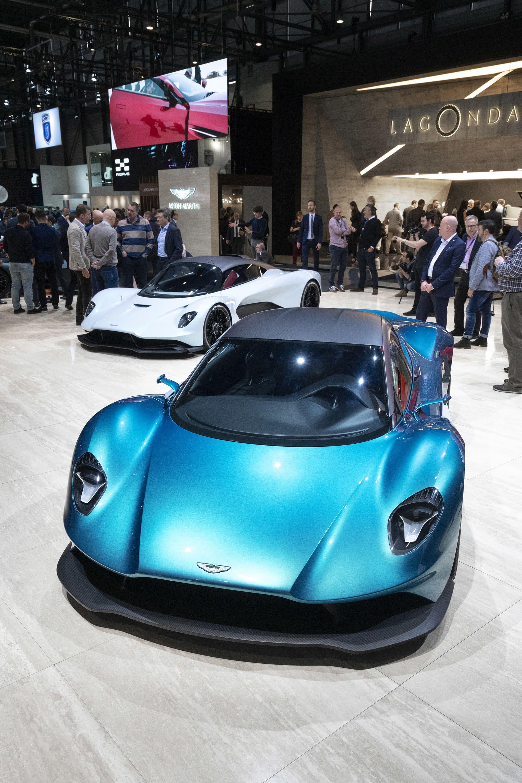 Aston Martin AM-RB 003 och Vanquish Vision Concept - en helt ny era för Aston Martin  Det gäller att göra ett stort intryck på Geneves bilsalong och ett märke som verkligen gjorde det var definitivt Aston Martin. Utöver den produktionsklara Valkyrie många sett fram emot visade man upp två mittmotorbilar till. AM-RB 003 och Vanquish Vision Concept. Bilarna var visserligen än så länge bara i konceptversioner men visar tydligt vart man vill ta märket utan att bara producera GT-bilar. De båda bilarna är otroligt läckra och skiljer sig anmärkningsvärt mycket från allt annat man kan jämföra med hos konkurrerande märken. Aston Martin har verkligen lyckats med en egen design för den nya linjen av mittmotorbilar.