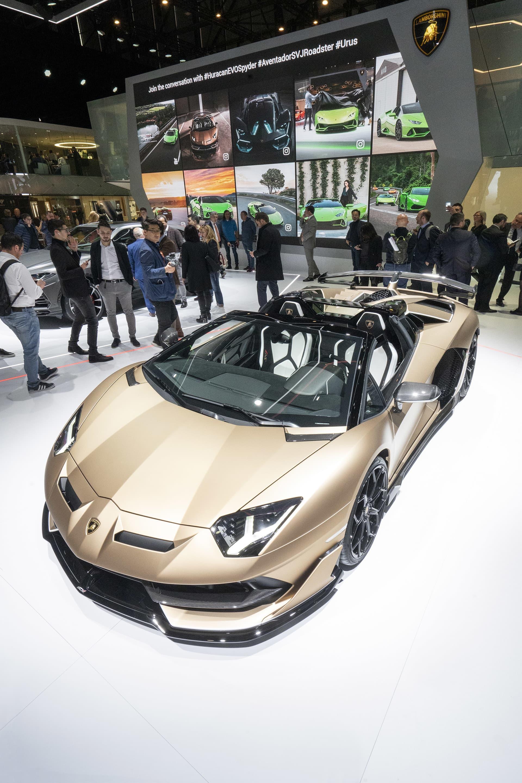 Lamborghini Aventador SVJ Roadster - Italiensk kabriolett med klassisk V12 motor.  Den brutalaste tjuren att rulla ut från fabriken i Sant'Agata Bolognese är just nu modellen Aventador SVJ. Nu erbjuder man även denna 770 hästar starka best utan tak och i en roadsterversion. 0-100 avklaras på 2,9 sekunder och du hittar toppfaten någonstans efter att nålen passerat 350 km/h. Prislappen startar på drygt 600.000 dollar och endast 800 exemplar kommer tillverkas.