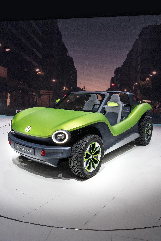 Volkswagen I.D. Buggy - ett koncept på gammalt recept.  En Beachbuggy kanske inte är så extremt tänker du men det roliga med Volkswagens senaste koncept är att den bygger på en gammal tradition. Traditionen lyder att man konstruerat en bottenplatta som ska vara enkel att bygga en egen topp till. Precis som som den ursprungliga buggyn var, nämligen byggd på Bubblans plattform. Nu handlar det om MEB-plattformen från Volkswagen med eldrift som ska vara enkel att använda som grund för nya roliga bilmodeller. Tanken är att mindre tillverkare skall kunna köpa in bottenplattan och använda för egna modeller.