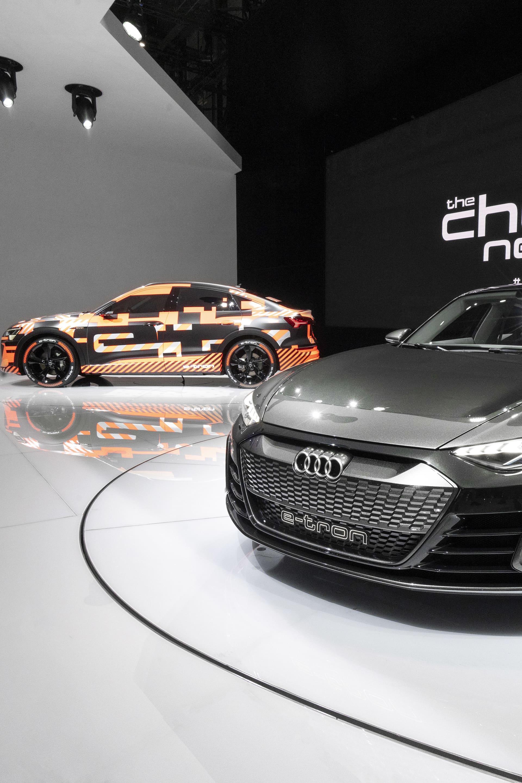 Audi e-tron GT och e-tron Sportback - eldrift på riktigt i snygg förpackning.  I vanlig ordning tog Audi upp en stor monteryta och det man hade att visa var givetvis inte till någon besvikelse. Elbilssatsningen går som tåget och utöver den otroligt läckra e-tron GT Concept som fanns på plats visade man även upp en Sportback version av den produktionsklara e-tron som ni kommer kunna läsa en provkörning om här inom några veckor. e-tron Sportback är så gott som klar för att rulla ut från fabriken senare i år. e-tron GT kommer, tillsammans med modellen Q4 e-tron som också hade premiär på mässan, att gå i produktion under nästa år.