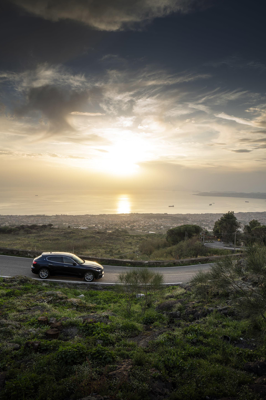 I bakgrunden breder sig staden Napoli ut, från håll vacker men så fort du närmar dig den börjar högarna av soppor göra sig synliga. På bergsluttningen av vulkanen Vesuvius med solnedgången och Maserati Levante S är däremot vyn magnifik.