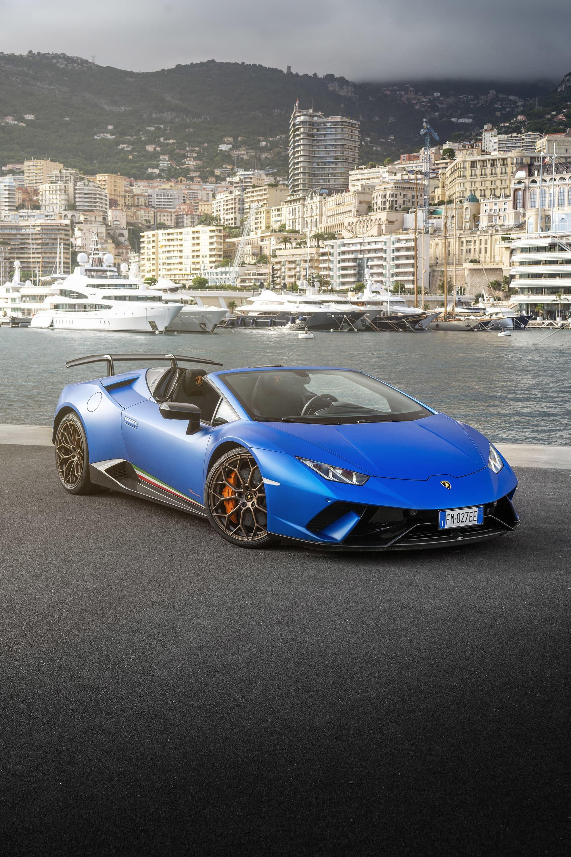 Kombinationen av den mattblå lacken med namnet Blu Aegeus, guldfälgar, orangebromsok och detaljer garanterar att du inte passerar omärkt i en stad som Monte Carlo.