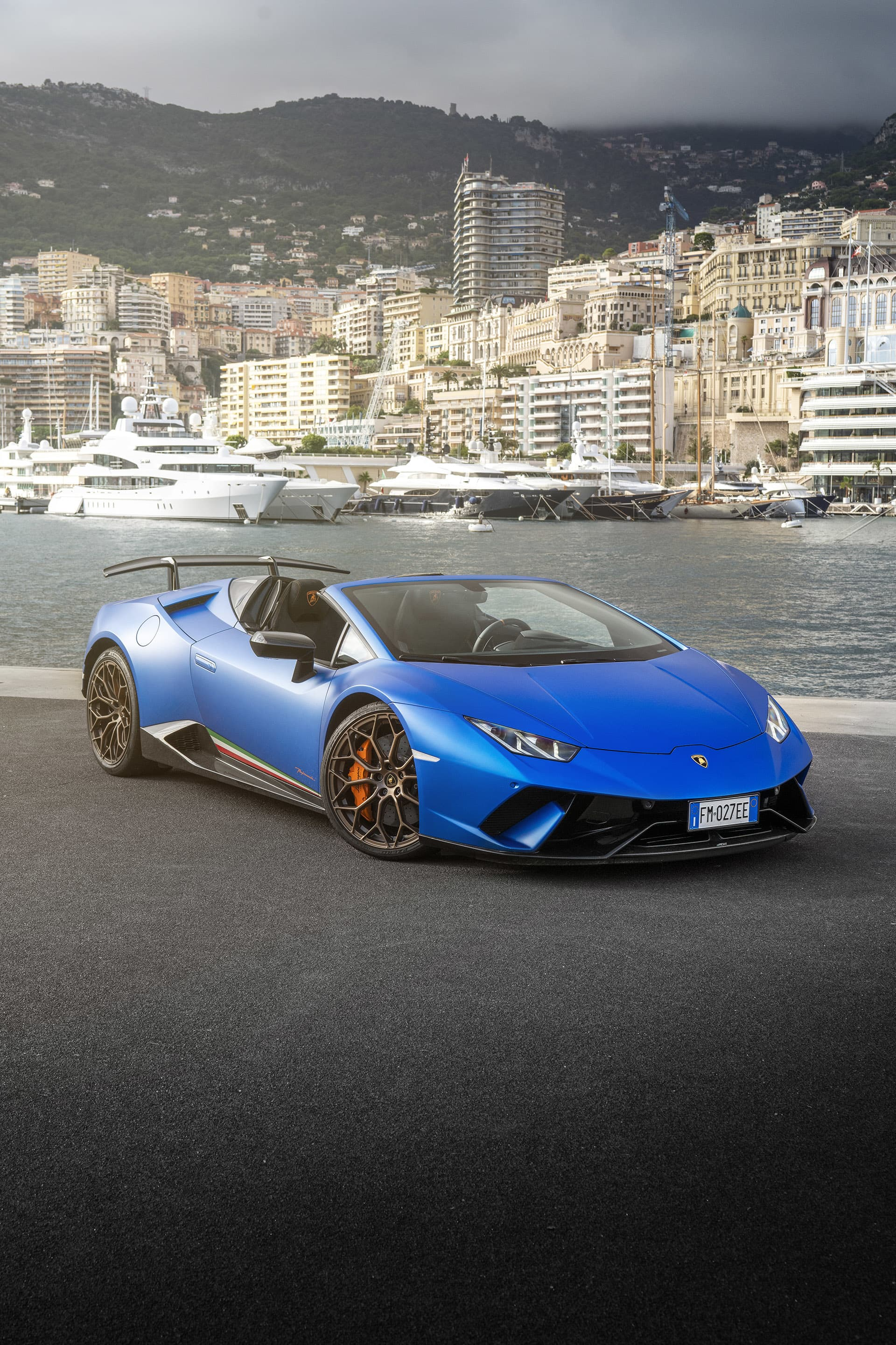 The combination of the matte blue paint with the name Blu Aegeus, gold rims, orange calipers and details ensure that you do not pass unnoticed in a city like Monte Carlo.
