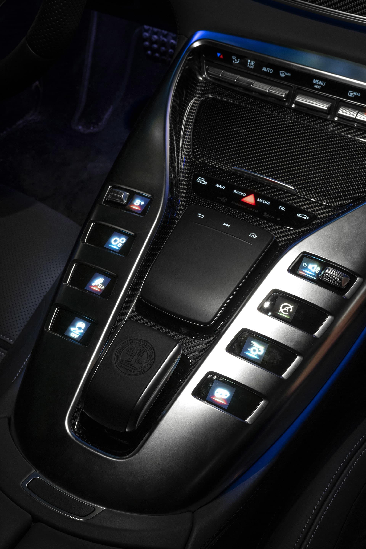 På mittkonsolen där man även hittar växelväljaren sitter de små skärmarna för inställningarna för bilen. Här sitter även en inmatningsplatta för bilens system.