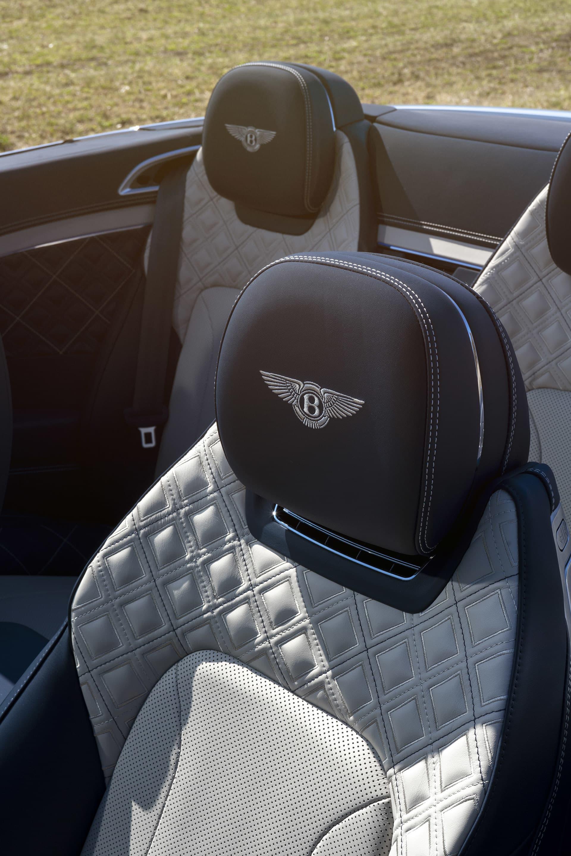 För att man inte ska frysa om nacken sitter fläktar som blåser varmluft i de Bentley-emblem försedda nackstöden.