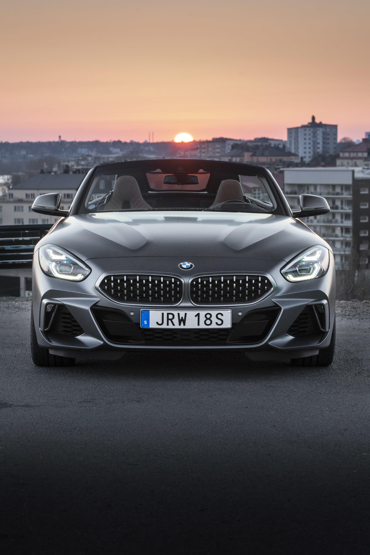 De så kallade njurarna i fronten på alla BMW bilar har växt markant med åren. Så mycket att det gjorts karikatyrer på internet. Z4 har breda och glupska njurar med linjer som ska förstärka frontens design.