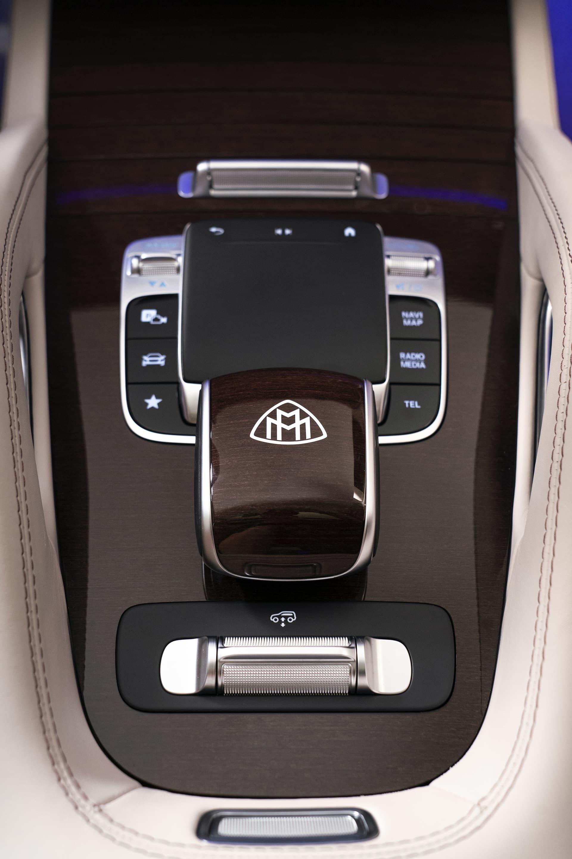 Maybach emblemet är något man är stolta över och gärna placerar på flera ställen på bilen, som här på växelväljaren.