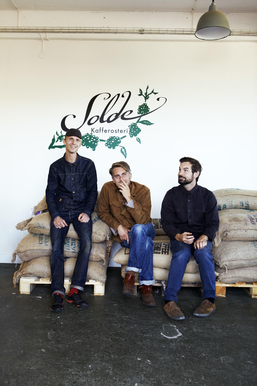 Dan, Jonas och Johan i rosteriet.