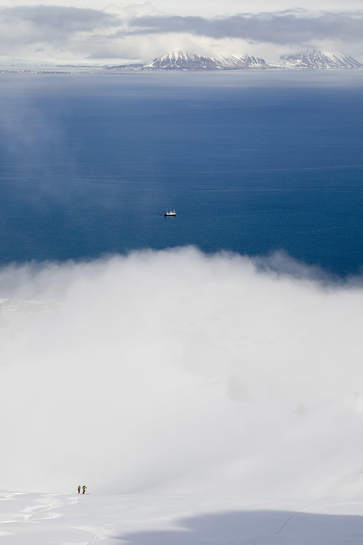 Skidåkare och båt, en bra kombination på Svalbard.