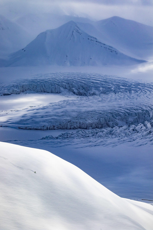 Johan Engebratt njuter av både omgivningarna och ospårad nysnö.