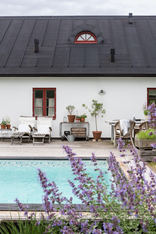 Poolen är en av familjens bästa investeringar. Den förlänger sommarsäsongen och skapar en härlig semesterkänsla från maj till september.