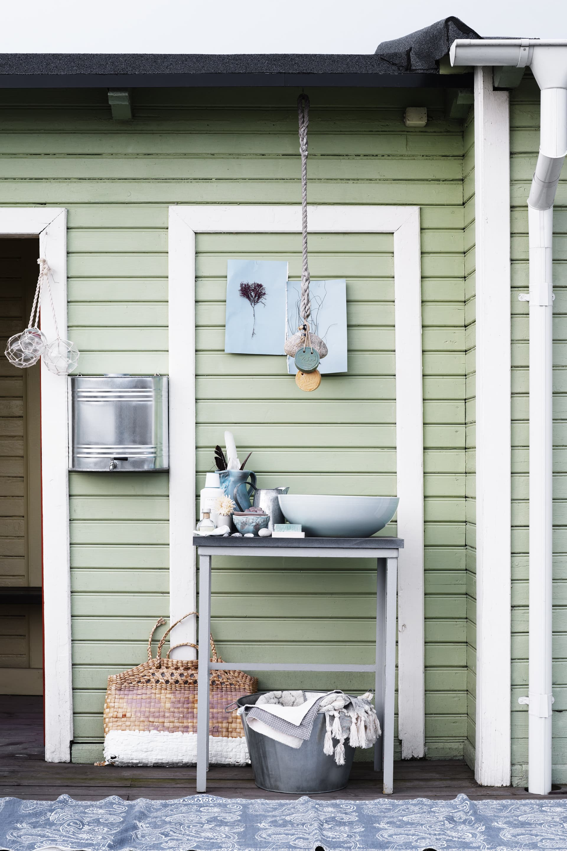 Nätade glaskulor, 49 resp 69 kr/ st, Åhlens. Vattenbehållare, 899 kr, Granit. Underredet är ett gammalt som vi målat i grått och lagt en stenskiva på. Under, Zinkbalja, Granit. Handdukar och tvålar, Lalay.