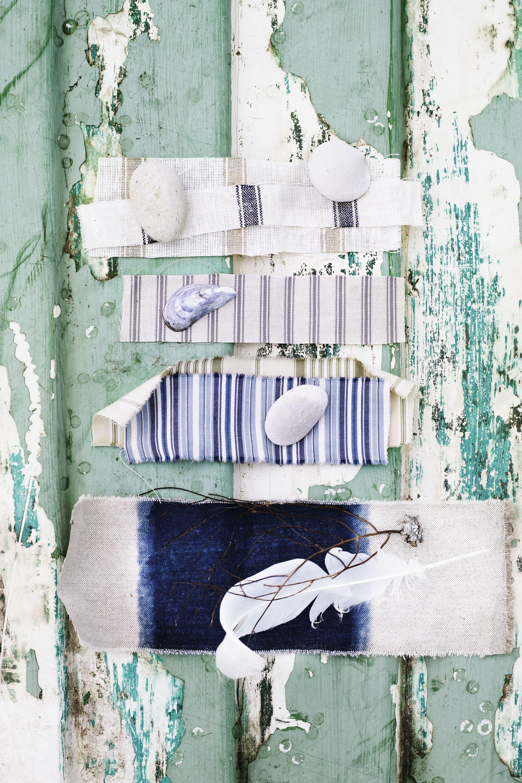 Grovt linnetyg med natur/ marint. Multirandigt i blå olika toner. Under, grönrandigt. Tyger från Walles & Walles.
