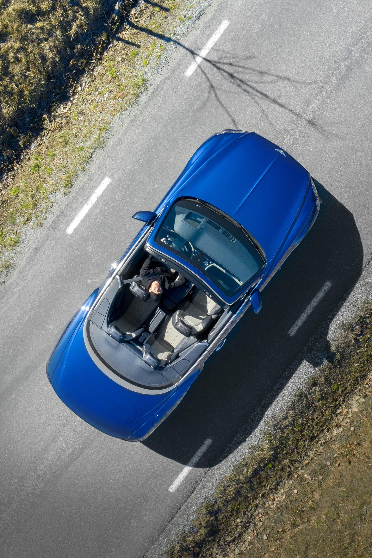 Upplevelsen i en Continental GT Convertible är utöver det man normalt upplever i en cabriolet. Du vill aldrig sluta köra denna bil helt enkelt.