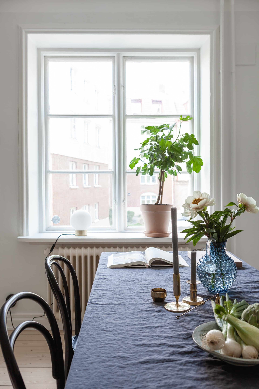 Köket är ljust och harmoniskt. Isabella, somälskar att odla, har märkt att fikonträdet trivs extra bra i köksfönstret.