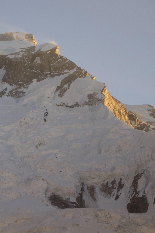 Annapurna är det dödligaste berget av alla 8000m berg. Av 100 som når toppen så dör 31 på berget. Att klättra Annapurna vintertid har däremot sina fördelar då berget i princip är befriat från snö vilket är den stora dödaren dvs. laviner, på berget. Däremot är vindarna obarmhärtiga.