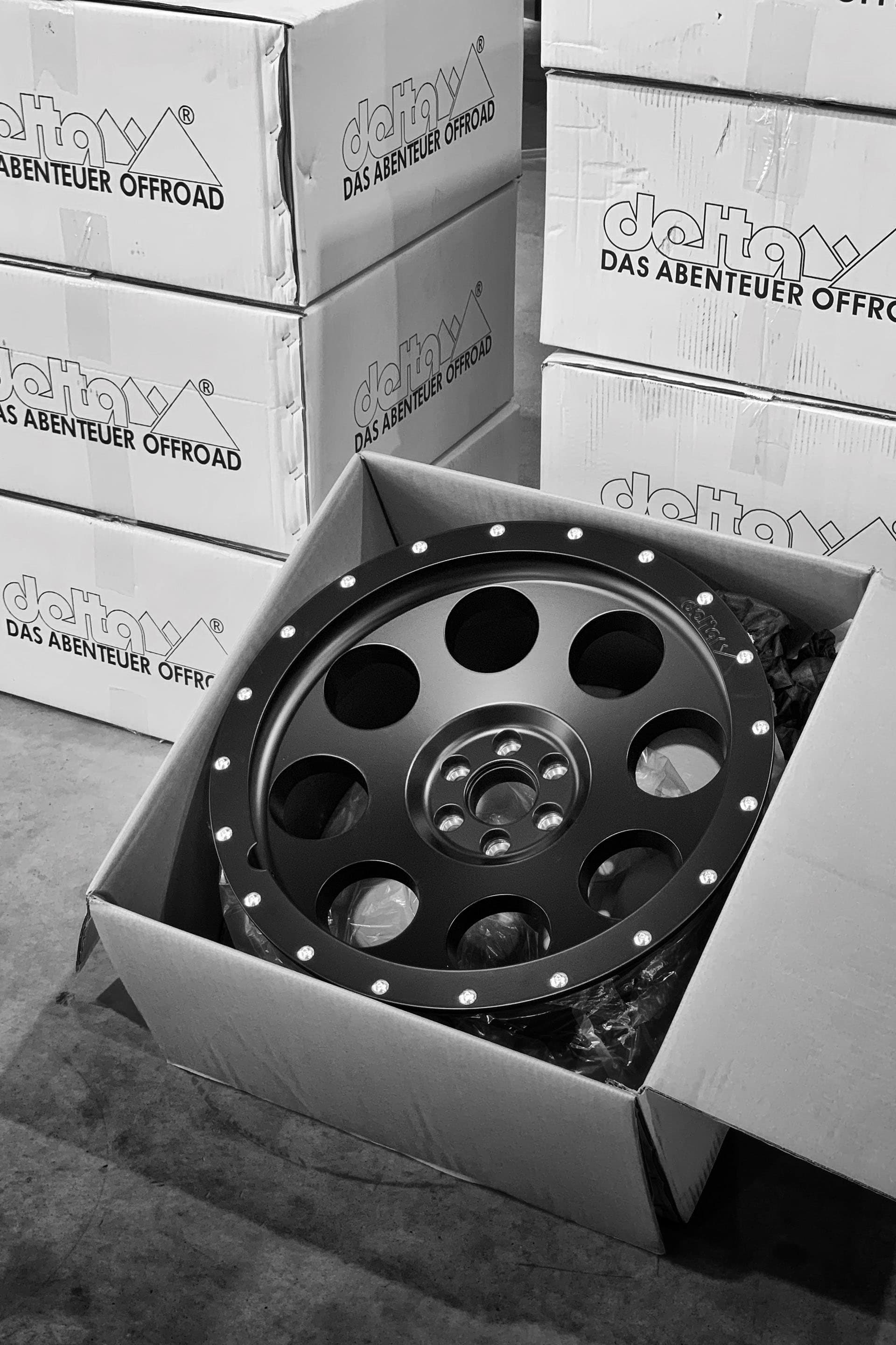 As the first car in Sweden, I got the brand new 20-inch rims from Delta 4x4 that were equipped with some all-round tires from Cooper.