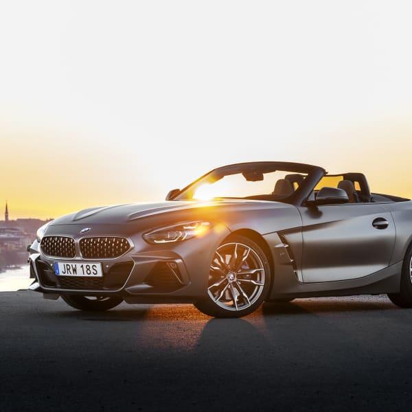 Aggressiva linjer avspeglar nya BMW Z4:s personlighet. Den här är en bil att avnjutna vackra sommardagar och rolig körning med.